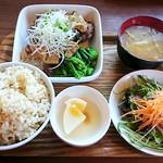 カフェ クウワ - 天然ブリの竜田揚げオイスター風和風あんかけ定食(おかずと玄米ご飯の大盛りです)