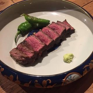 """自慢のお肉をぜひお楽しみください。お勧めは""""和牛ロース刺し"""""""