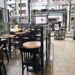 スターバックス・コーヒー - 店内からバス通りを臨む