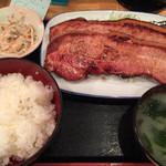 酒処 つがる - ランチ ベーコンステーキ2枚 ¥1200。 かなりのボリューム! ご飯茶碗も大きめのものなんですよ!