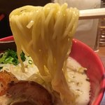 Ramensennokaze - 麺はやや細めのストレート、ツルツルしてますね