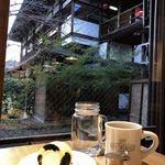 キョウトギオンミュージアムカフェ プロデュース バイ ノースショア - 水玉ロールケーキ(黒/クリーム)&ミルクティー