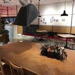 キョウトギオンミュージアムカフェ プロデュース バイ ノースショア - 大テーブルにはコンセントがあります