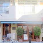 cafe SAWAYA - 左手に入口、間違って真ん中のメニュー看板の奥のガラス戸を開けようとした