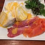 フラッフィー パンケーキ - 生ハムとスモークサーモンのパンケーキ
