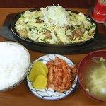 鉄飯 - お代わり自由のご飯と味噌汁もついてボリュームもバッチリです
