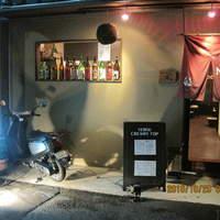 和彩キッチン直 - 出窓に並んだ地酒の瓶に誘われてご来店されるご新規様もいらっしゃいます。