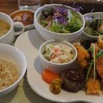 LOHAS cafe - 野菜たっぷりランチプレート。もち米入りの玄米も、おいしい!