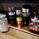 拉麺 えぼし - 卓上に常備された調味料類