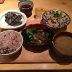 鹿屋アスリート食堂 - アス米、茹で豚の柚子胡椒おろし、豚レバーの唐揚げ香味黒酢ソース、ひじきの白和え、野菜たっぷりさつま汁