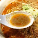 舎鈴 - スープはスッキリとした旨味とともに、唐辛子の刺激的な辛さ、痺れる山椒の辛さがバランス良く感じられ