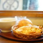 78605702 - アーモンドクロワッサン (¥230)、フランスあんパン (¥170)、カフェオレ (¥430)