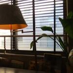 アナログ カフェ ラウンジ トーキョー - ランプシェードはウィリアム・モリスぽい図柄でした♪逆光...!