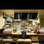 白金魚 プラチナフィッシュ 新橋鉄板バル - オープンキッチン