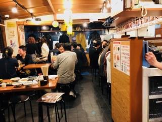 もつ千 赤坂店 - 店内はかなり賑やかです!