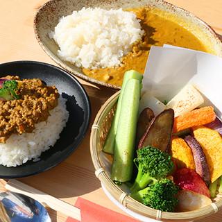 12種のスパイスを使用した本格カレーに新鮮な鎌倉野菜プレート