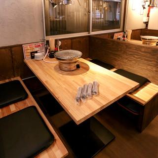 アットホームな雰囲気の空間で、仲間や同僚と気軽に焼肉宴会を