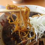 麺武 はちまき屋 - 多加水中太縮れ麺は典型的な札幌麺