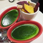 俺のフレンチ 博多 - お通し代は500円(ランチは300円・サービス料なし)。 抹茶のフランと野菜のチップスです。