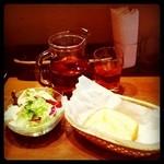 Amico Mio - サラダ、バケット、アイスティー。更に食後にスイーツまで付くお得なランチセットです。