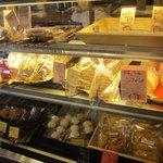 7865356 - シフォンケーキなども売ってます。