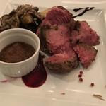 ティーズスタイル - 熟成アンガス牛のステーキ りんごとオニオン  バルサミコ、ビーツソース