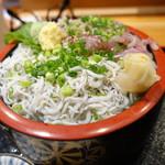 伊豆太郎 - 2色丼、シラス側