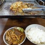 亀八食堂 - 牛ホルモン(650円)とうどん(100円)、ごはん中(180円)=合計1520円