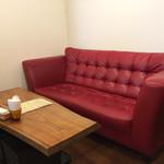 喫茶アザラシ - 『喫茶』と言っても、昭和喫茶ではなく、イマドキのカフェレストランですね。 奥にこんなソファー席も。