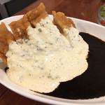 喫茶アザラシ - チキン南ばんカレー(ミニサラダ付)1,100円。美しいコントラスト。