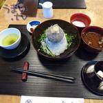 秋本 - 生しらす丼なのに、釜あげしらすとのハーフ「朝どり 生しらす丼(赤だし、温泉卵、香の物付き)」 1,566円