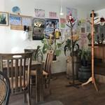 めし・カフェ・一風来 - テーブル席、カウンター席ございます店内。