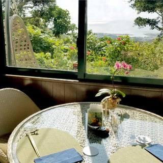 ハイビスカスと奥武島が一望できるテーブル