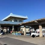 めしや 大磯港 - 道中左手の作業施設