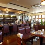 珈琲屋 スプレモ - 自然光が差し込み、明るい店内。自然と健康的な気分になります