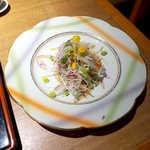 庭園茶寮 みな美 - サーモンと海老の焼魚サラダ。黄色と緑、二色のクルトンが彩りを添える