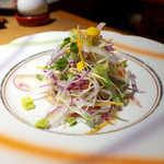 庭園茶寮 みな美 - カルパッチョ風の一品だが、「焼魚サラダ」というコンセプトが面白い