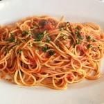 ラ・コモディタ - アンチョビとケッパー、オリーブのトマトソーススパゲティ