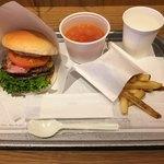 """78698631 - 「""""Big One"""" Burger」690円に「スープ(ミネストローネ)&ポテト Sセット」380円"""