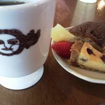 サンルームスイーツ - ランチ、デザート&コーヒー。カップにはお店のロゴ入り♡