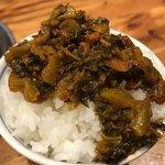 無鉄砲 - 白ご飯に卓上辛子高菜をトッピング