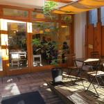 78707786 - ウッドのテラスが爽やかなナチュラルなベーカリー・カフェ