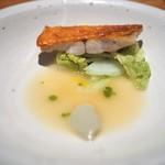 ラ・ボンヌターブル - 金目鯛の鱗つけ焼き 蛤のピュレ 白菜のジュ 柚子