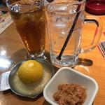 つぼ八 - ドリンク写真:生搾りレモンサワーと烏龍茶。&お通し。
