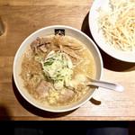 大島 - <2017年12月・再訪>味噌・800円+もやし・150円(もやし投下前)