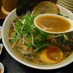 丸直 - 豚骨魚介系の濃厚なスープ