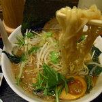 丸直 - 麺は平打ち麺。細麺、極太麺も選べる