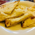 エベレスト - チーズナンのアップ。生地もチーズもやわらか。