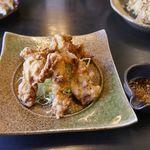 五味八珍 - 「油淋鶏」は、鶏の唐揚げに甘酢を添えたもので