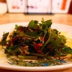 横浜五番街 いち五郎 - Wパクチー餃子のフレッシュパクチーでサラダを自作
